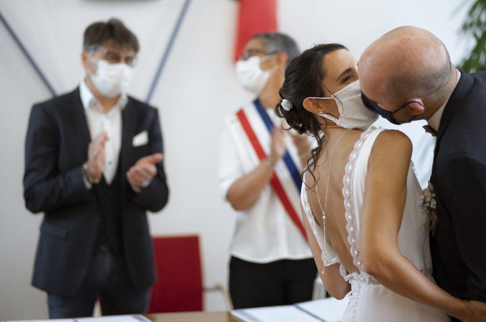 Mariés avec masques lors du coronavirus