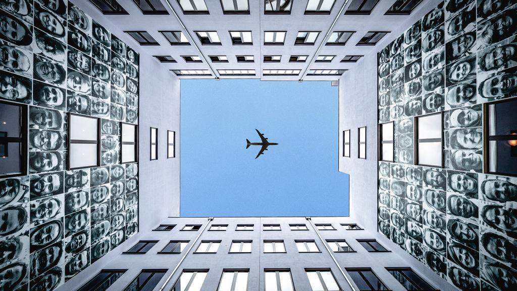 Image originale d'un avion passant dans une cour intérieure