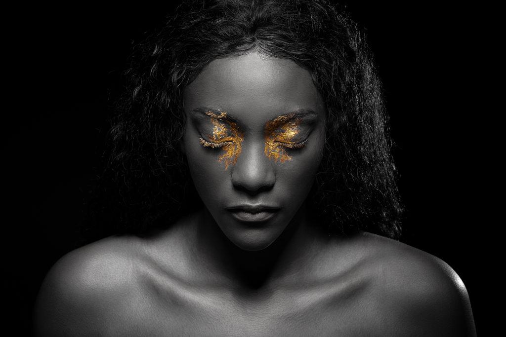 Portrait artistique mannequin avec maquillage à paillettes dorées