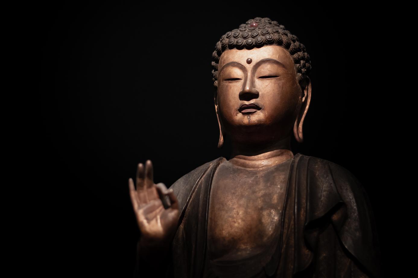 Statue de bouddha sur fond noir, par Valentin Napoli