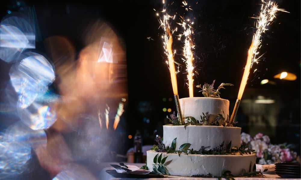 Gateau de mariage et bougies feu d'artifice