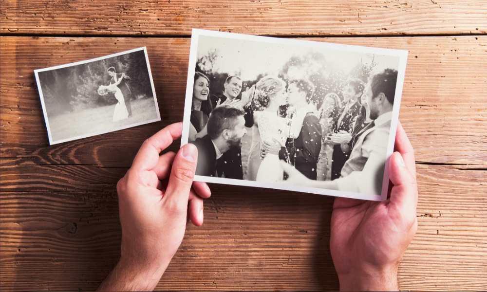 Photos de mariage développées, en noir et blanc