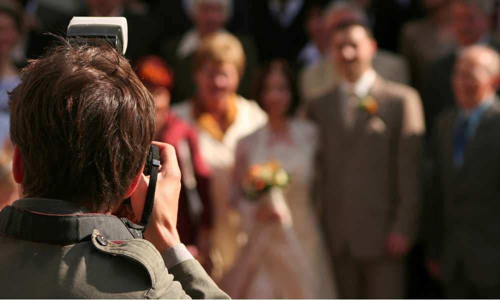 Photographe de mariage en plein shooting