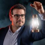 Portrait créatif d'un manager éclairé, avec une lanterne