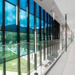 Photo d'architecture intérieure des baies vitrées d'un bâtiment