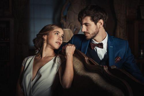 Couple de mariés se regardant dans un cadre intime