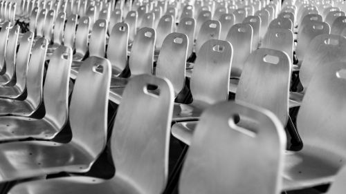 Rangées de chaises de spectateurs en noir et blanc