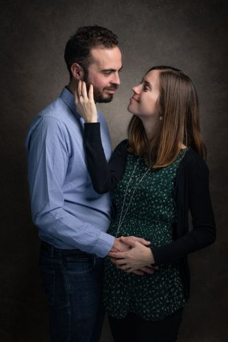 Shooting studio couple en attente d'un bébé