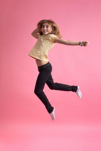 Portrait photo d'une petite fille pleine de vie