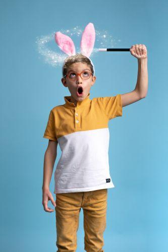 Portrait créatif petit garçon magicien