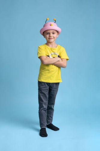 Portrait créatif et coloré d'un enfant avec un chapeau rigolo