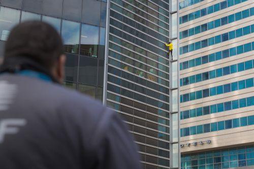 Escalade urbaine sur un immeuble de La Défense