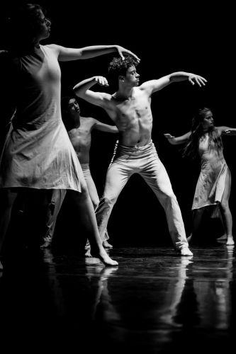 Danseurs en pleine chorégraphie, en noir et blanc
