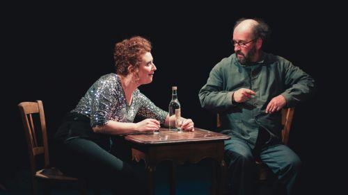 Photographie de théâtre, scène entre deux comédiens