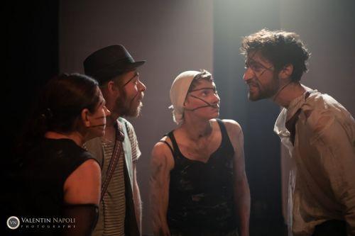 Scène de théâtre avec comédiens très expressifs