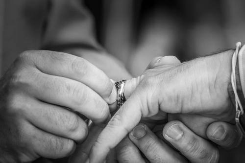 Échange d'alliances, mains des mariés