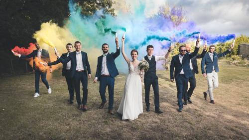 Mariés et invités avec tubes de couleurs