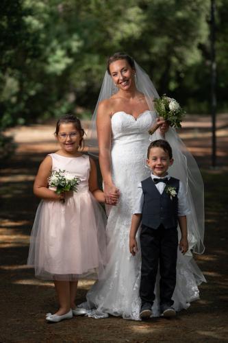 La mariée et les enfants en tenue lors du mariage
