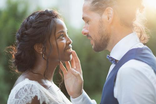 Portrait d'un couple de mariés prêts à s'embrasser