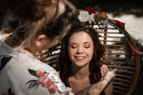 Mariée qui se fait maquiller avant la cérémonie