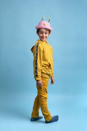 Enfant au chapeau, photo de studio sur fond bleu