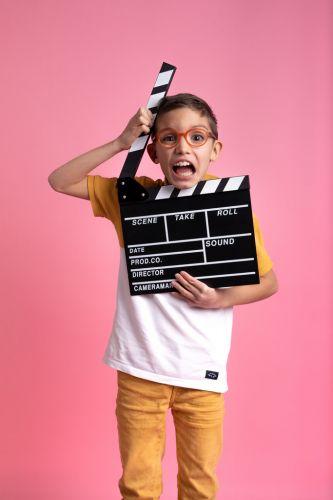 Portrait créatif et fun d'un petit garçon en studio