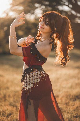 Portrait de jeune danseuse en tenue orientale