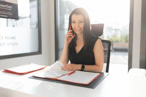 Portrait professionnel jeune femme au téléphone au bureau