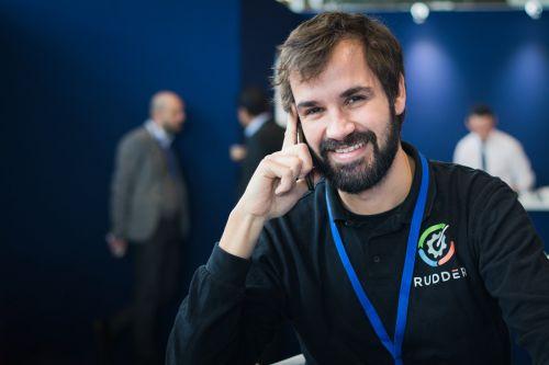 Portrait d'entreprise d'un collaborateur au téléphone, par Valentin Napoli