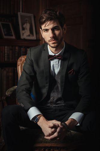 Homme au look vintage et classe, dans un décor prestigieux