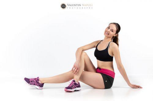 Jeune femme en tenue et baskets de sport, en studio