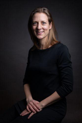 Portrait professionnel d'une femme en studio