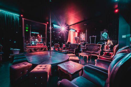 Bar à l'ambiance sensuelle avec une barre de pole dance