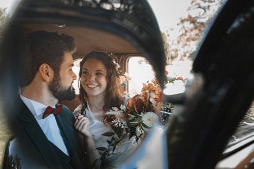 Mariés dans le reflets des rétroviseurs extérieurs