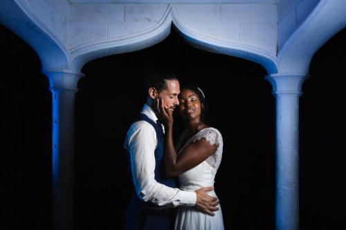 Mariés romantiques dans la nuit