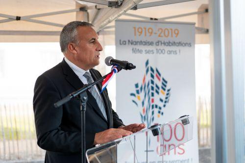 Discours au micro lors d'un événement officiel