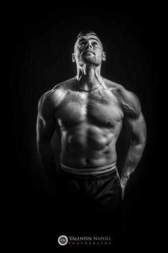 Portrait de culturiste en studio en noir et blanc par Valentin Napoli - photographe