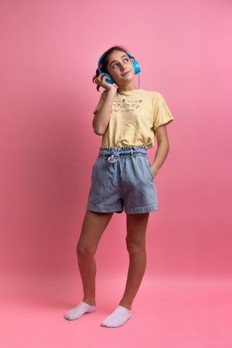 Photo portrait adolescente qui écoute de la musique