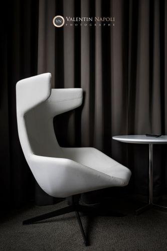 Fauteuil design dans un cliché en noir et blanc