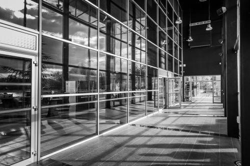 Lignes et lumières dans cette photo d'architecture