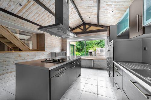 Design intérieur d'une cuisine aux murs et plafonds en bois