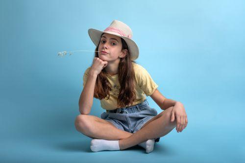 Portrait d'une jeune ado au look champêtre