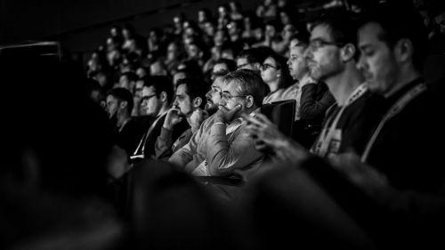 Audience lors d'une conférence, photo en noir et blanc