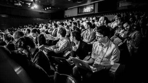 Au cœur de la conférence : l'audience captivée