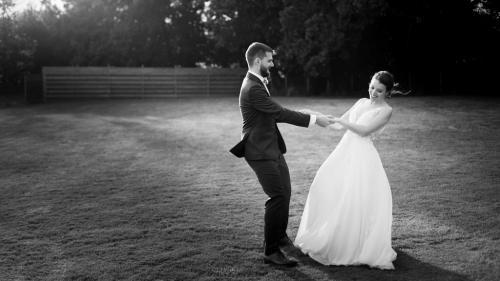 Mariés heureux qui dansent dans la lumière du soir