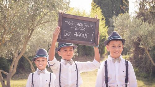 Enfants apprêtés pour un mariage, mettant l'ambiance !