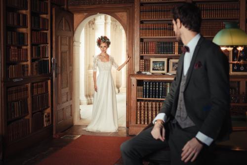 La mariée en robe de mariage découvre son futur mari dans son costume