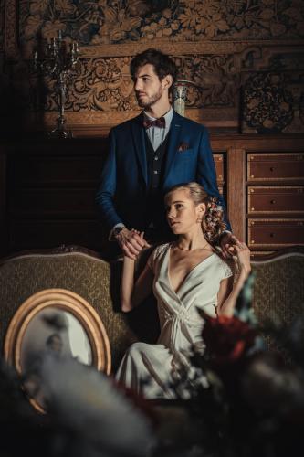 Photo artistique d'un couple de mariés dans un décor princier
