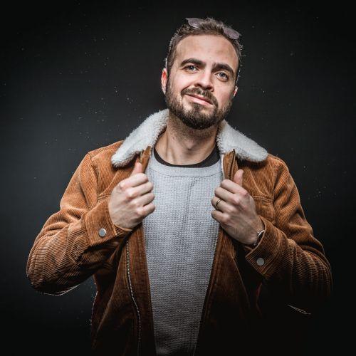 Portrait créatif d'un homme avec une veste en velours