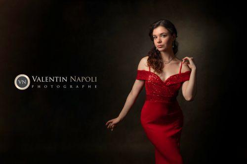 Portrait professionnel jeune femme en robe de soirée rouge